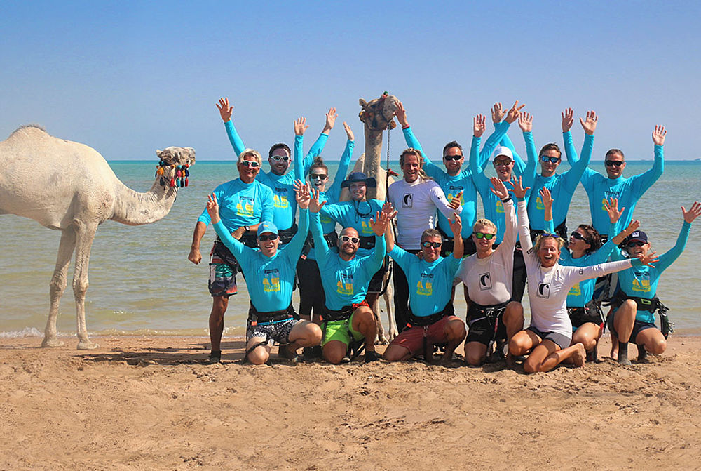 Kite Event am Kiteboarding Club El Gouna Gruppe am Kitespot mit Kamel