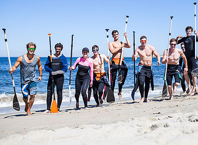 Gruppe beim SUP im Surf Camp in Portugal