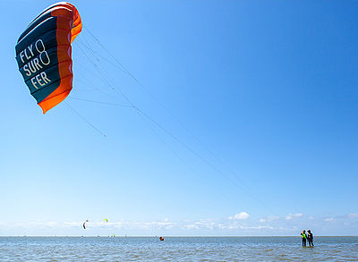Kitesurf instructor with students at the Ijsselmeer and Flysurfer Viron Kite